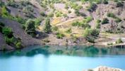 Озеро на карьере, где камень добывают.